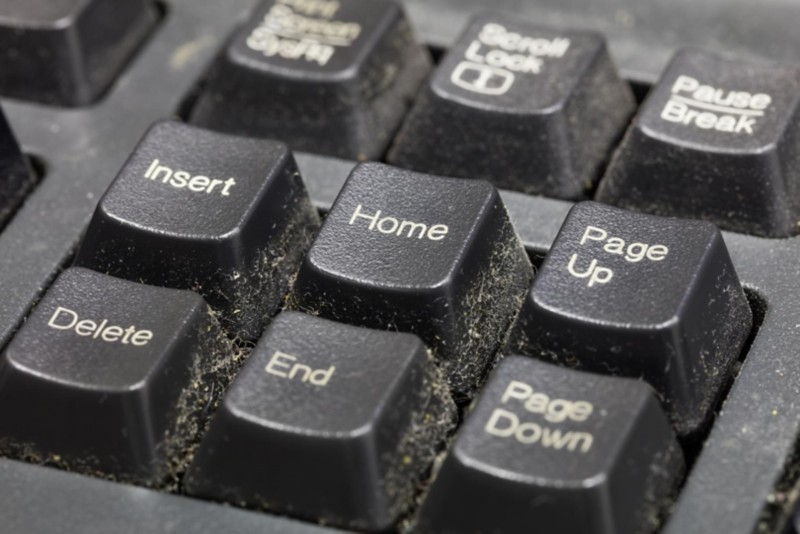 verschmutzte, staubige Tastatur
