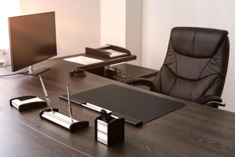 Leder Chefsessel an einem modernen Schreibtisch