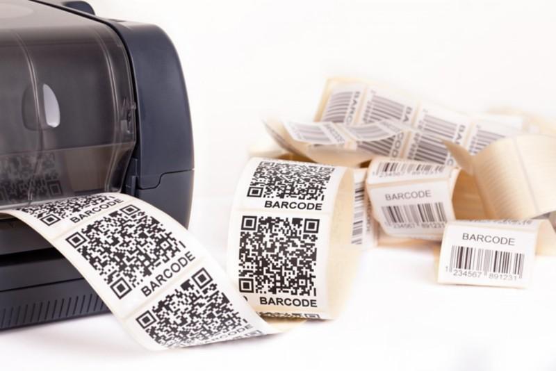 Bild eines Etikettendruckers, der QR-Codes druckt