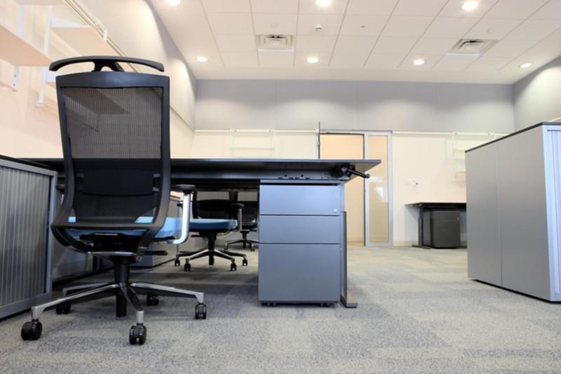 Büro-Rollcontainer an einem Schreibtischarbeitsplatz