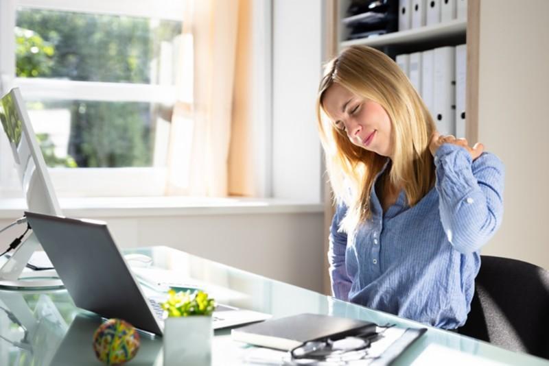 Schmerzen durch langes Sitzen am Schreibtisch