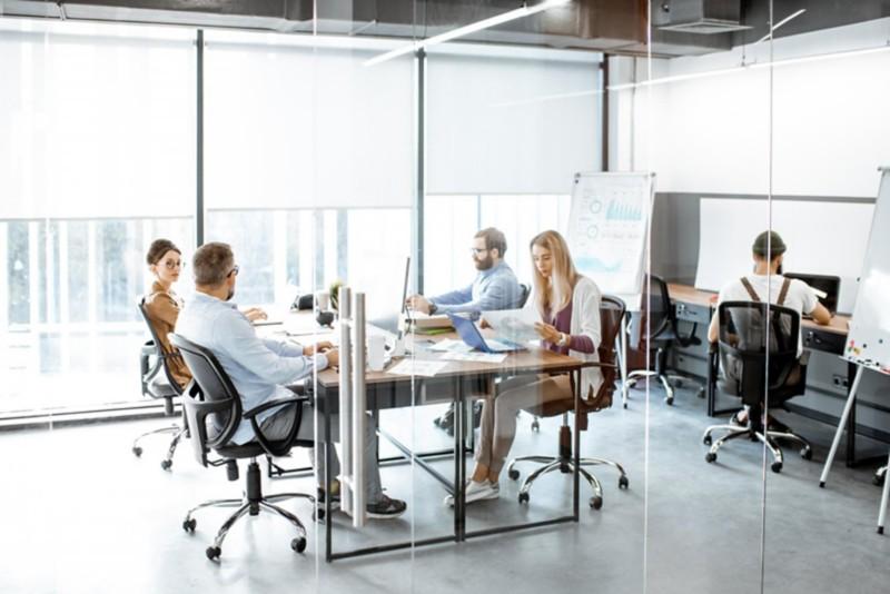 ergonomische Arbeitsplätze in einem Büro