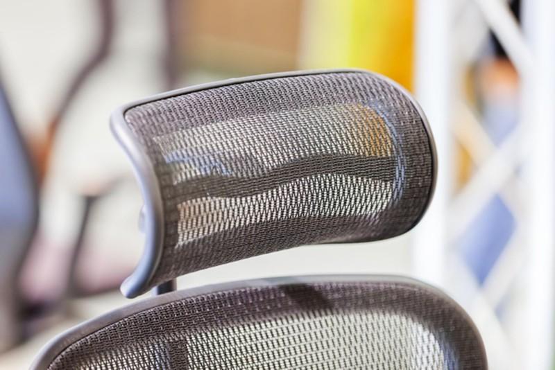 Kopfstütze an einem Schreibtischstuhl