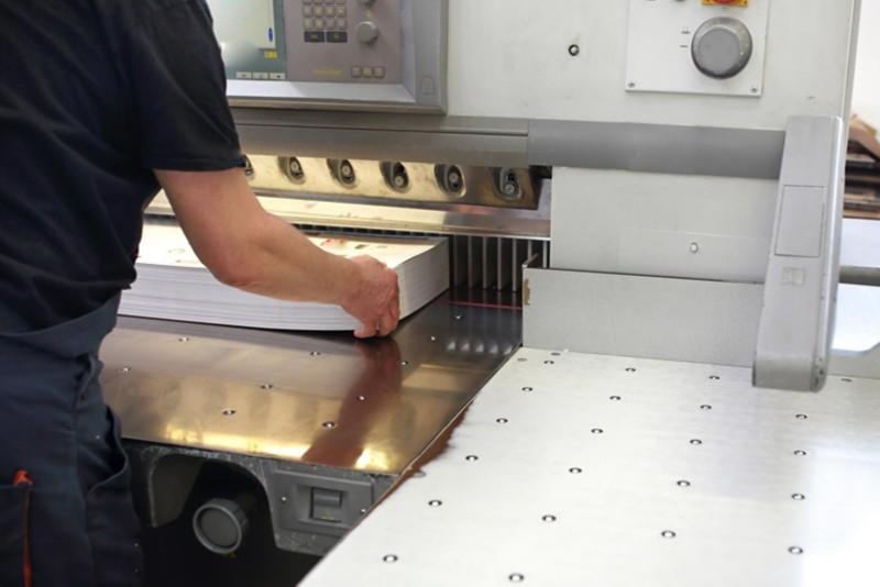 Beschneiden von Drucken in einer speziellen Schneidemaschine