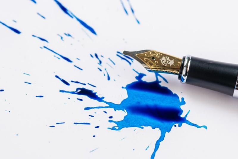 weisses Blatt mit Tintenklecks