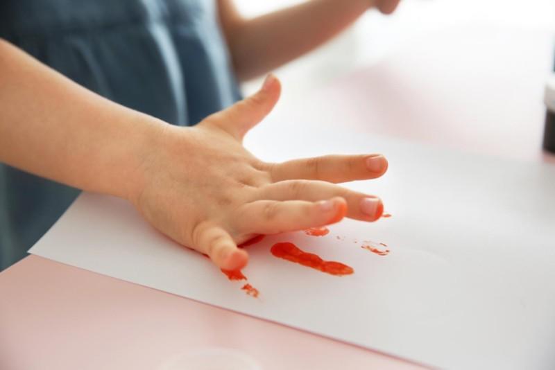 Kinderhand produziert Farbabdruck