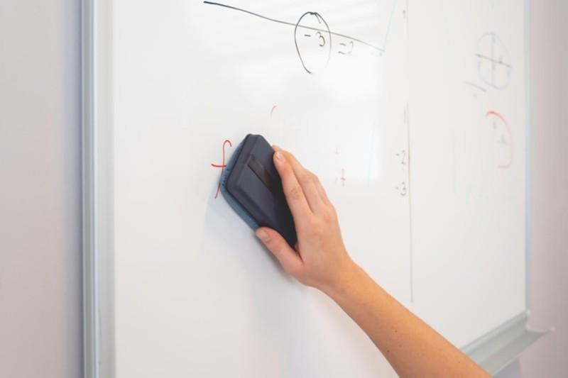 Whiteboard säubern mit einem Tafelwischer