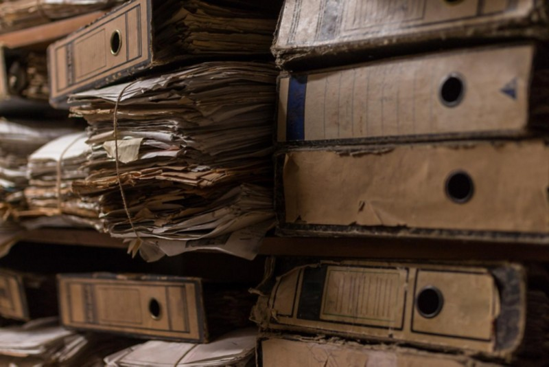 gestapelte Dokumente und Ordner in einem Archiv
